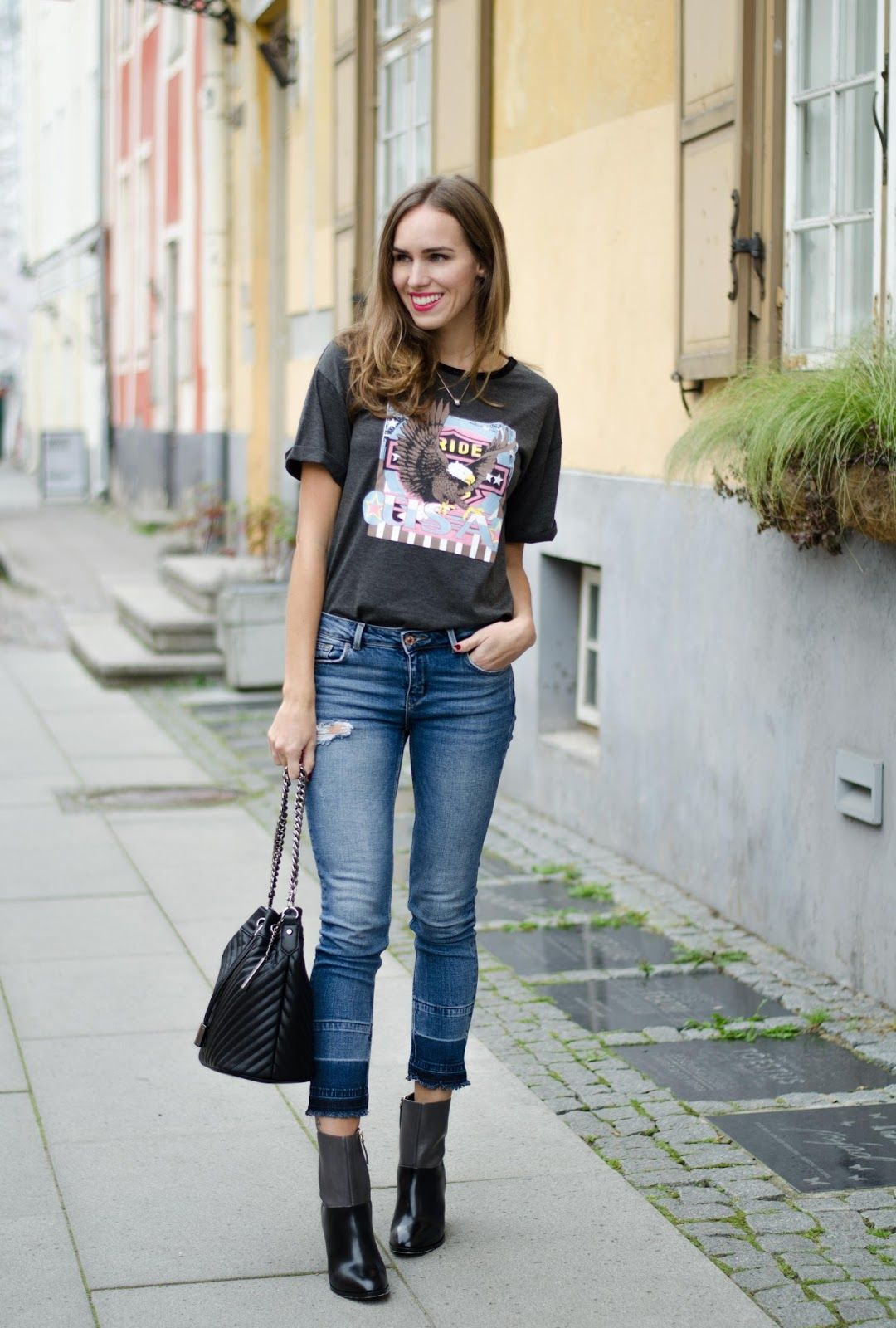 t,shirt cropped jeans ankle boots outfit