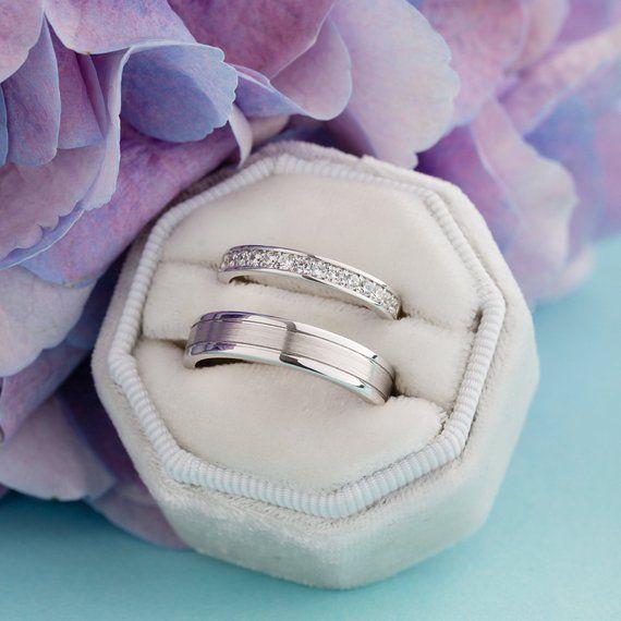 Bandes de mariage en or blanc avec des diamants naturels. Ensemble de bagues de couple. Bagues de mariage ensemble
