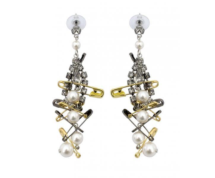 Helmiä ja hakaneuloja. Tässäpä malli korviksille! Tom Binns earrings. I could totally DIY these!