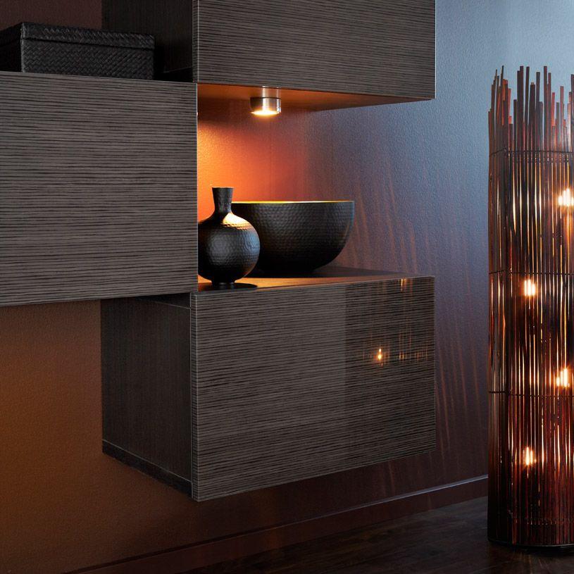 ein raum mit best regalen mit t r in schwarzbraun mit bambusmuster hochglanz braun mit angen m. Black Bedroom Furniture Sets. Home Design Ideas