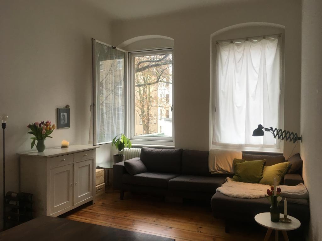 Gemütlich eingerichtetes Wohnzimmer mit grauem Sofa in Berlin ...