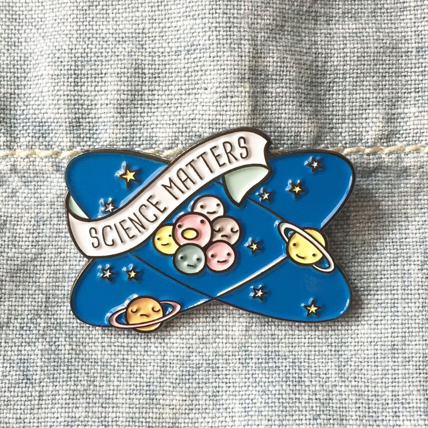 MAINTENANT disponible ** Science Matters planètes et atomes émail Lapel pin