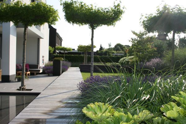 Voorbeeldtuin villatuin loungehoek vlonder buitenparket for Tuinaanleg nuenen