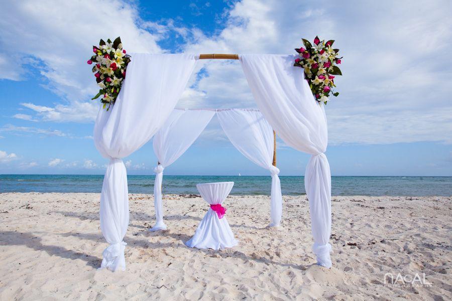 Hochzeitsboegen #Strand #Blumen #heirateninmexiko | Hochzeit an der ...