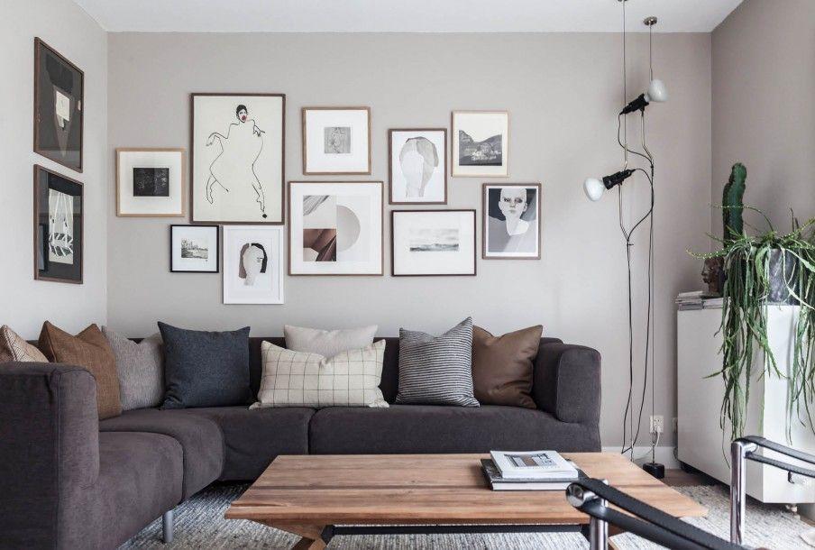 Woonkamer met taupe galerijmuur | Living room with a taupe gallery ...