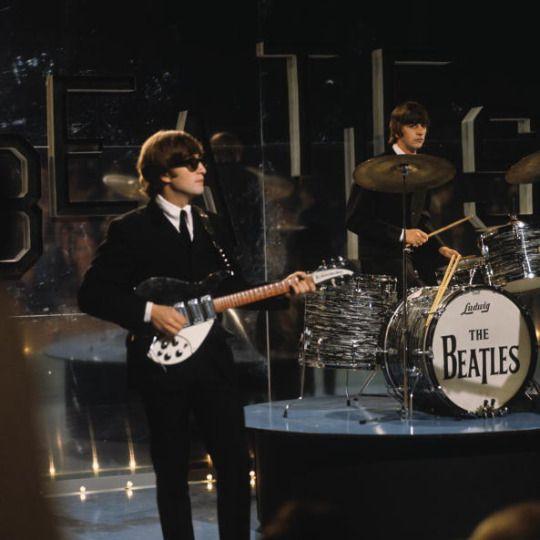 The Beatles udfører på Tak din heldige Stjerner  filmet på Teddington Studios i London, den 11. juli 1964. © David Redfern