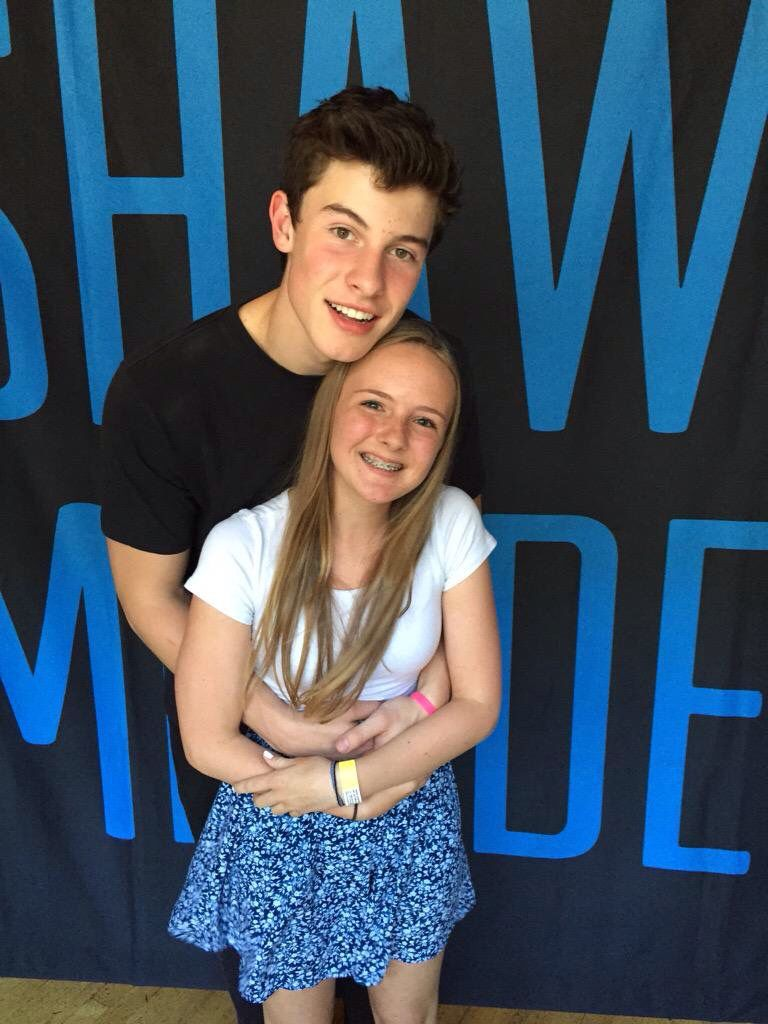 shawn mendes meet and greet poses for 3