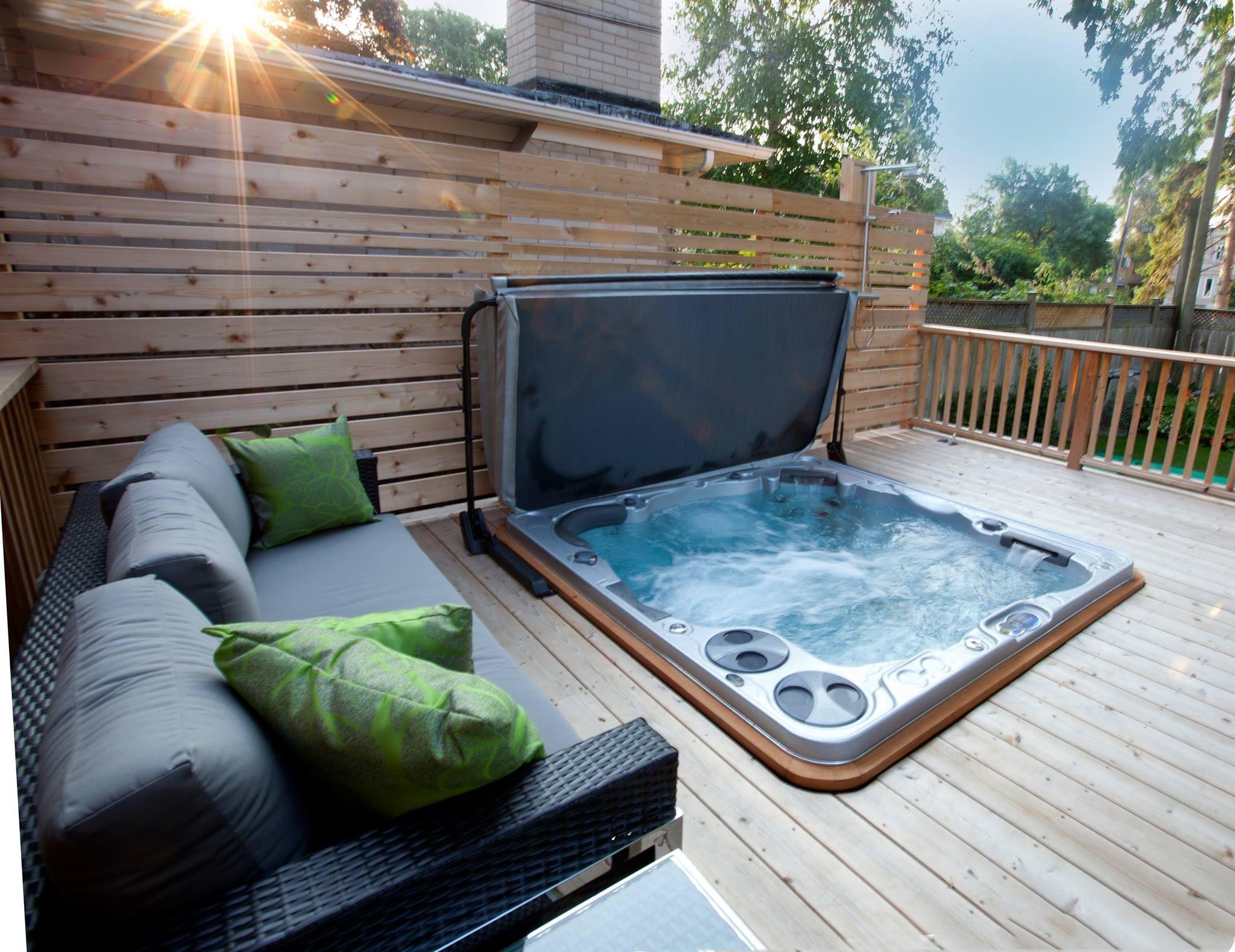 Spa infinity h695 encastr dans une terrasse en bois for Exemple piscine exterieure
