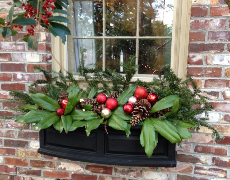 blumenkasten weihnachtlich dekorieren zapfen weihnachtskugel