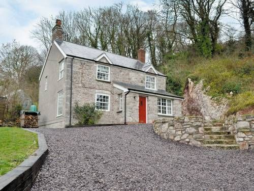 Ty Newydd Y Graig Tremeirchion Situated in Tremeirchion, this holiday home is located 32 km from Liverpool. The property is 32 km from Chester and free private parking is provided. Free WiFi is available throughout the property.