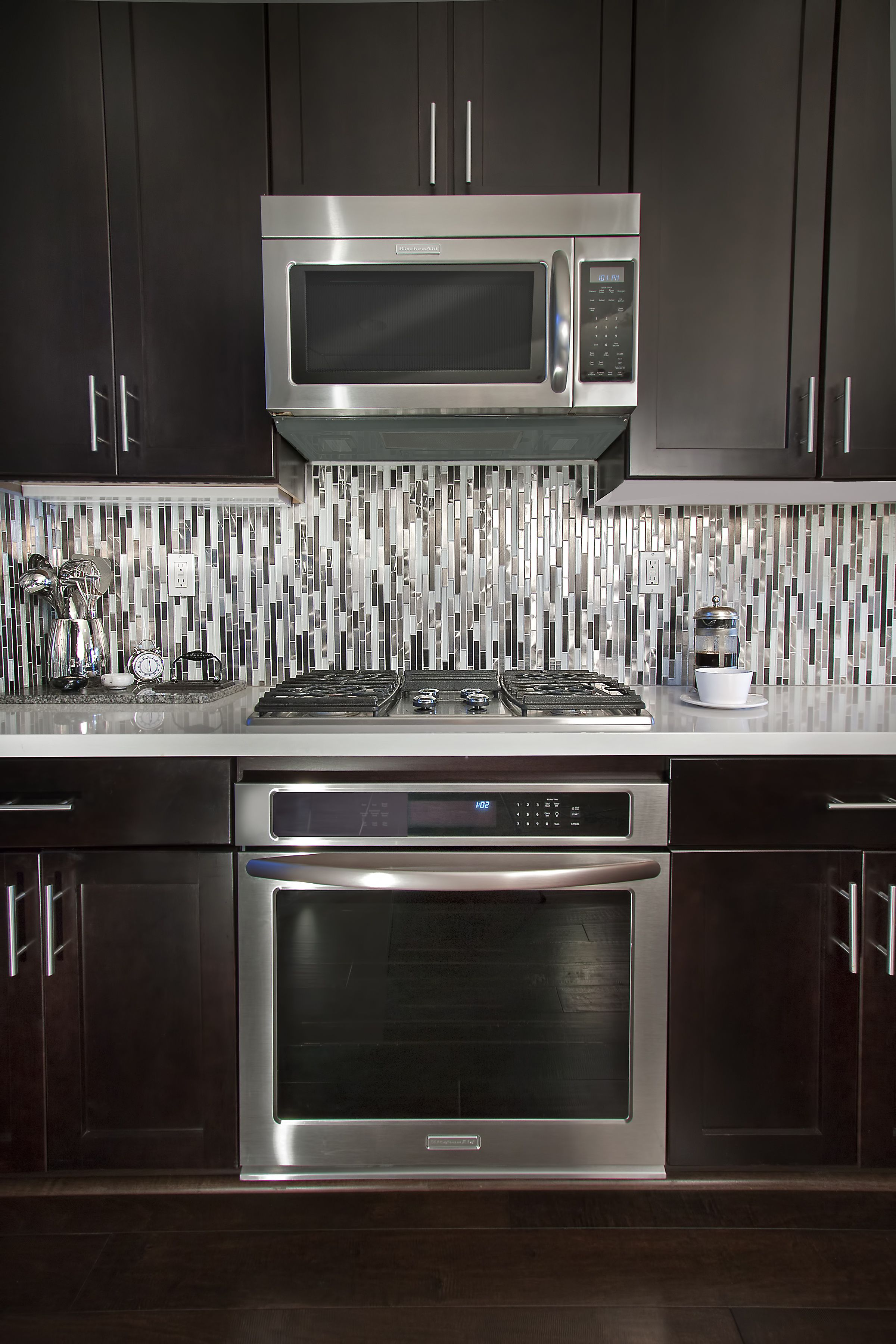 To accentuate the modern lines within we laid the quartz metal and