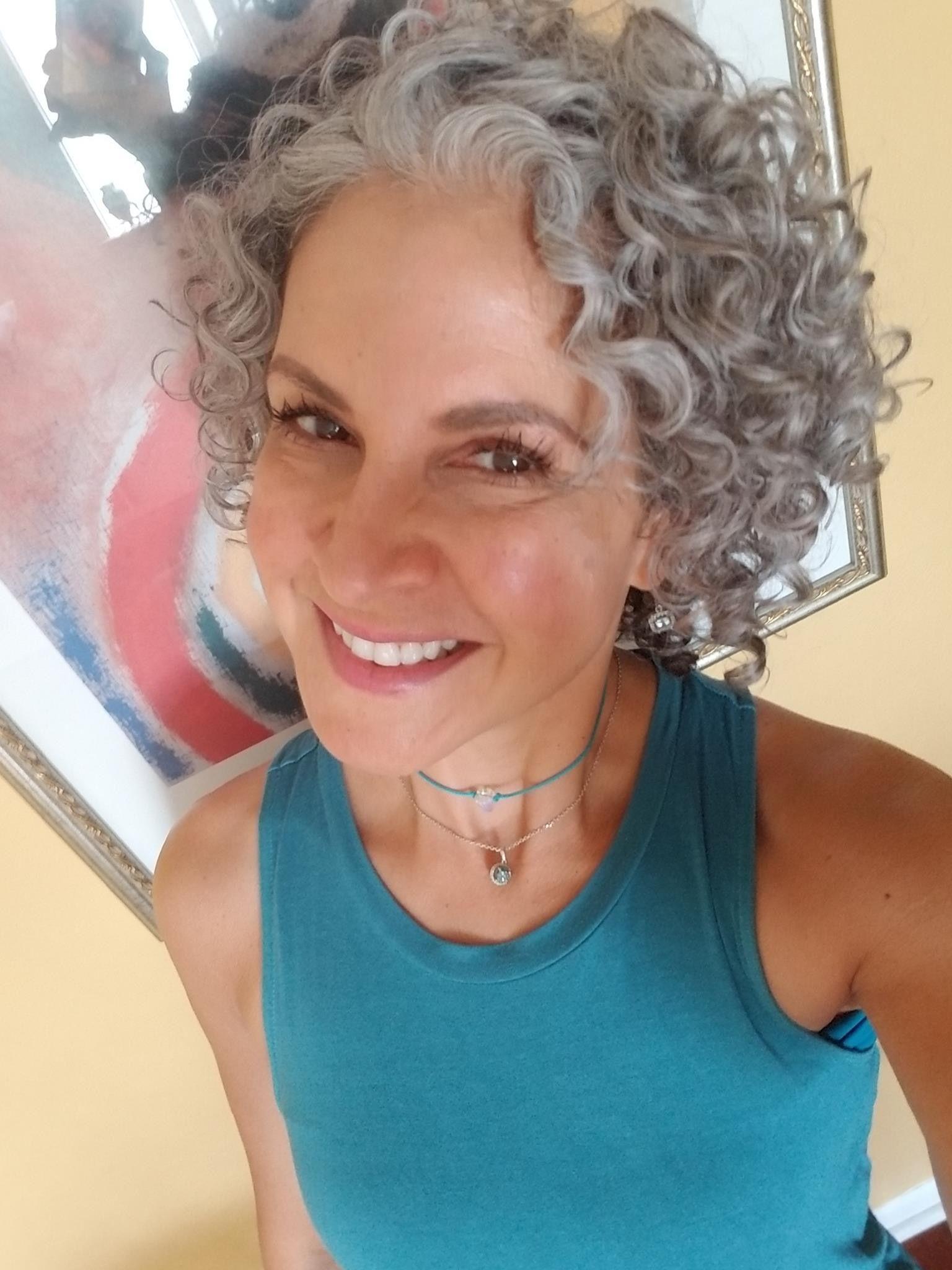 Ideas bonitas para peinados con canas Imagen de cortes de pelo estilo - Pin by Janny on Shorter Hair | Grey curly hair, Curly hair ...