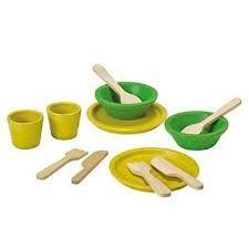 El set inclou 2 plats, 2 bols, 2 gots, 2 forquilles, 2 ganivets i 2 culleres.  Tot fet en fusta reciclada de colors vius.  A partir de 18 mesos.