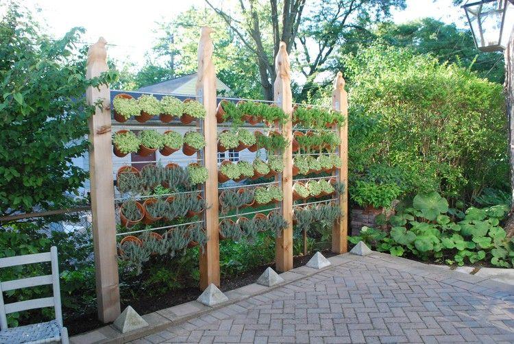 Moderner Sichtschutz Garten Holzpfosten Tontopfe Pflanzen