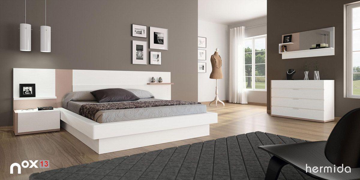Apuesta por muebles en colores claros que destaquen sobre los tonos