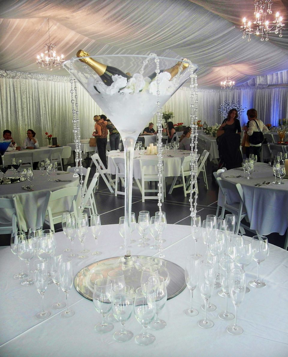 Large martini vase with ice and champagne with silver garland wedding table centrepiece ideas large cocktail glass with iced champagne reviewsmspy