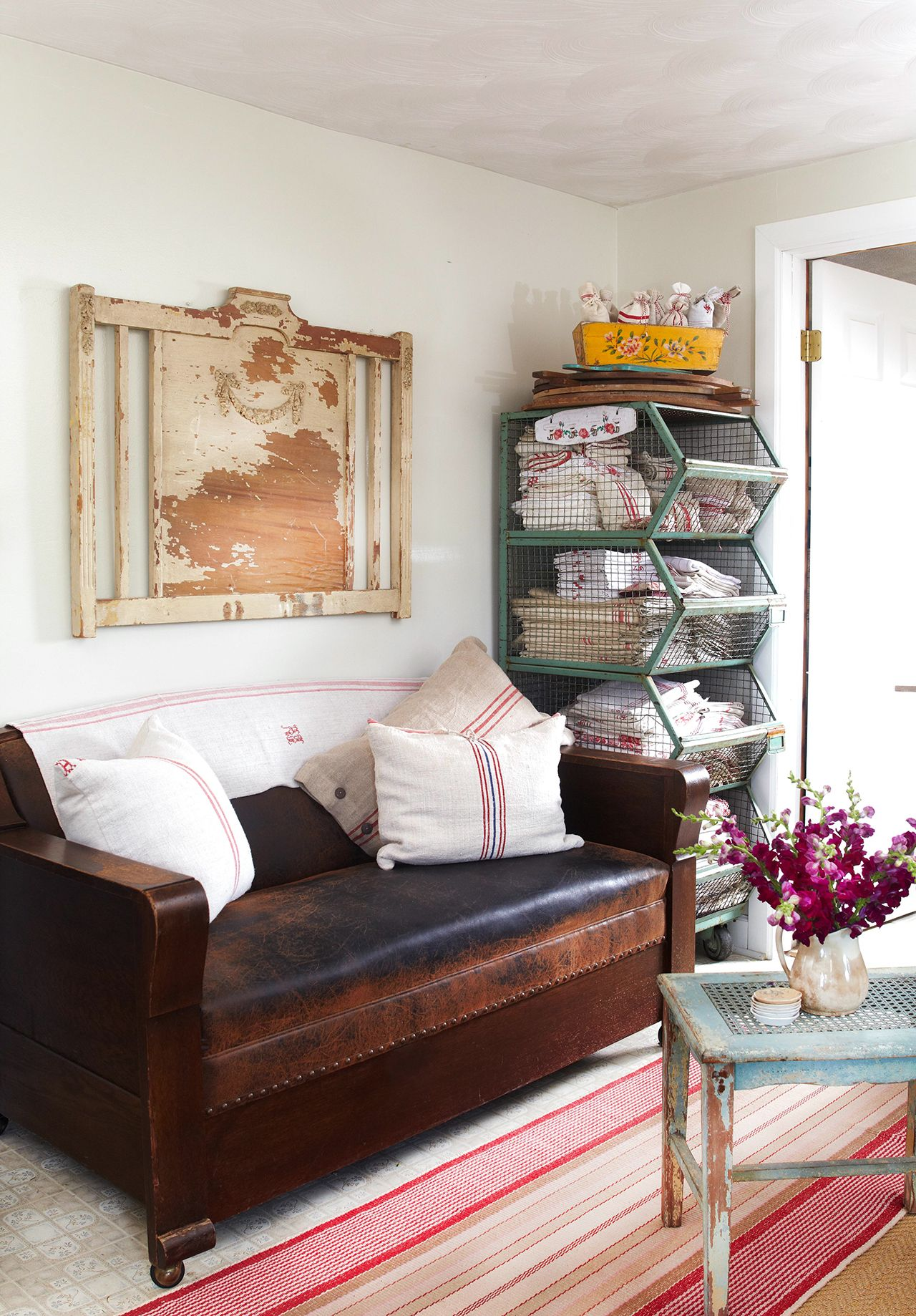 17 Stunning Ways To Decorate With A Brown Sofa Shabby Chic D
