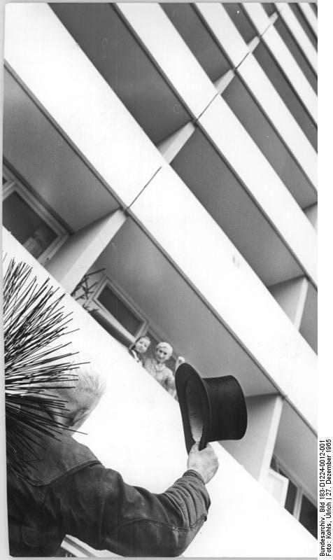 """Zentralbild Kohls 27.12.1965 Ade er hier dem Neubau sagt, kein Schornstein in den Himmel ragt. Darüber freut er sich sogar: """"Viel Glück, Berlin - Prosit, Neujahr!"""""""