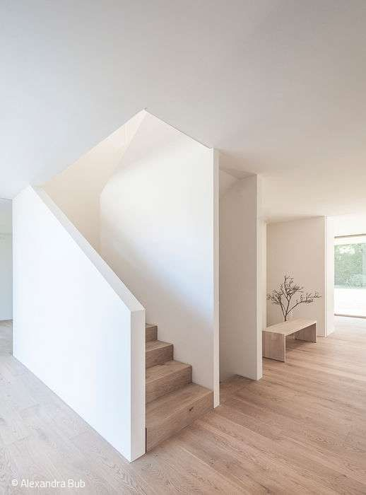 Das neue Zuhause einer vierköpfigen Familie reiht sich auf den ersten flüchtigen Blick zurückhaltend in die Folge von freistehenden Einfamilienhäus... #neuesdekor