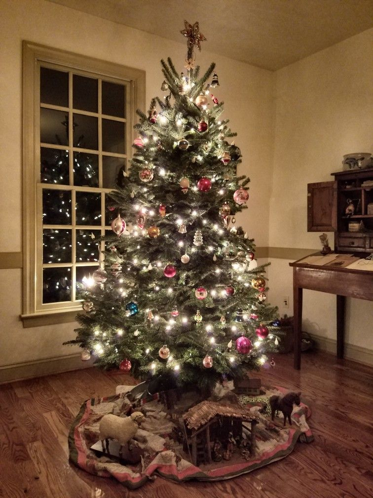 Williamsburg Christmas 2019.Family Room Tree Colonial Decorating In 2019
