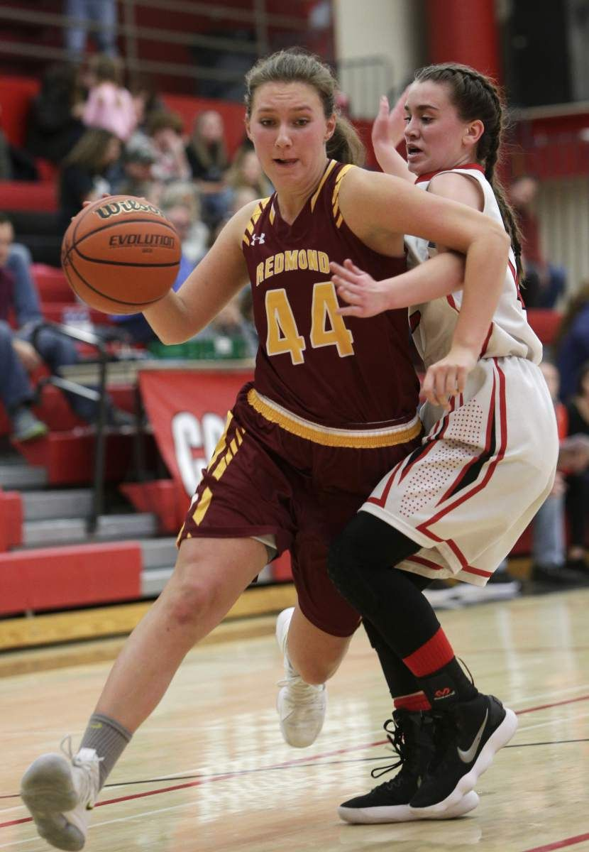 Redmond S Mckaylie Capps Drives To The Basket As Mountain View S Kailynn Bowles Defends During The Mountain View High School High School Sports Sports Pictures