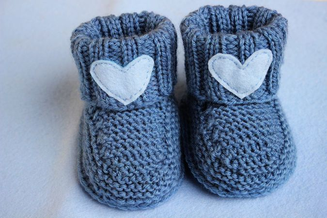 Photo of Babyschuhe stricken // mit Herz-Applikation