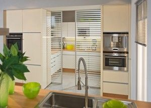 inova schiebet ren als verbindendes element zwischen k che und hauswirtschaftsraum mehr. Black Bedroom Furniture Sets. Home Design Ideas