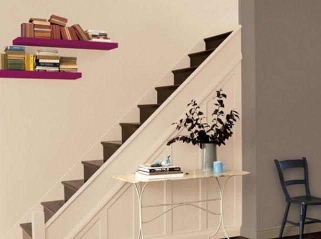 Un Escalier Couleur Lin Juxtaposé à Un Mur Couleur Marron Glacé, Une  Parfaite Harmonie Dès Lu0027entrée !