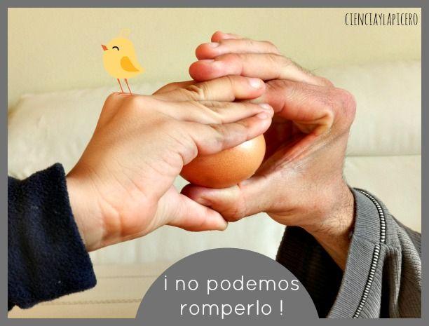 rompiendo un huevo con la mano