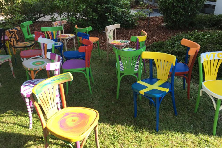 Kinder Bemalen Holzstühle Auf Dem GO IN Sommerfest