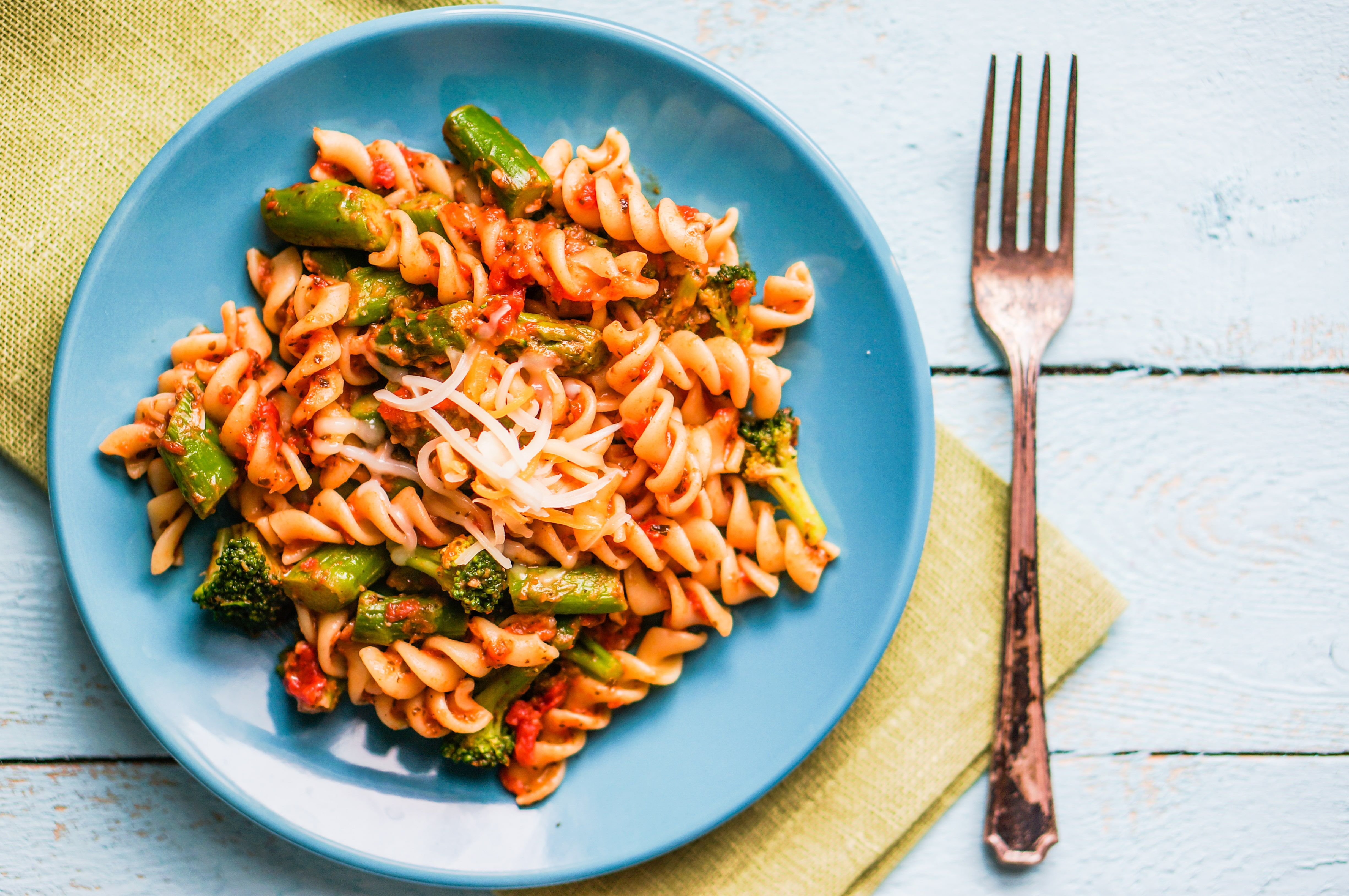 This super simple recipe for pasta with asparagus comes together in no time. You can leave the sauce to simmer while you multitask.