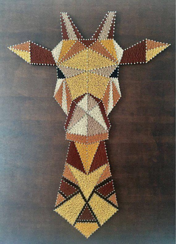 La jirafa: 420 metros de hilo de coser Gütermann utilizado (3 variaciones de marrón, ocre amarillo, amarillo mostaza y negro) y picos de plata 920 clavados en un tablón de madera barnizado estilo Rústico. Tamaño: 95cm por 85cm Precio: 180 euros. #stringart