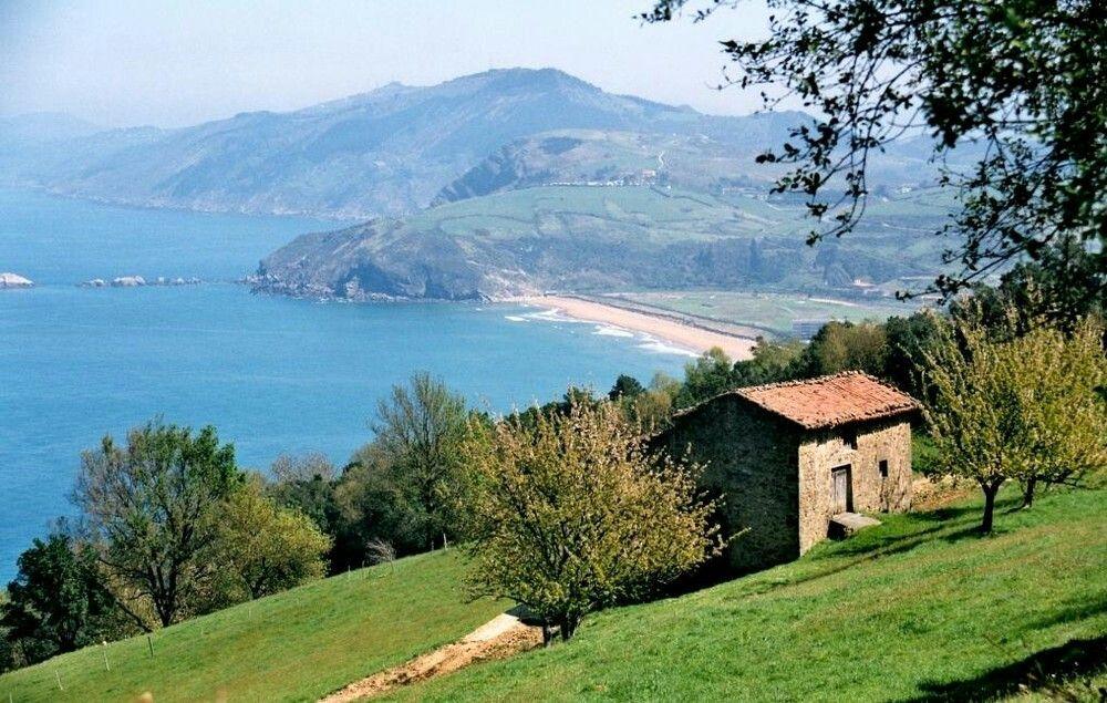 Cote Basque Ente Mer Et Montagne Pays Basque Maison Basque Vieilles Maisons En Pierre