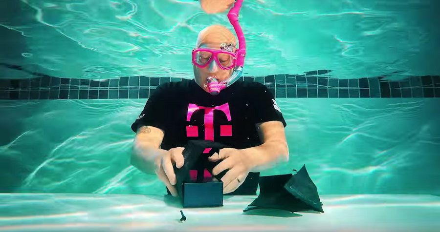 T-Mobile Tests Waterproof Capabilities of the Samsung Galaxy S7 by Unboxing the Phone Underwater - http://www.thebitbag.com/t-mobile-tests-waterproof-capabilities-of-the-samsung-galaxy-s7-by-unboxing-the-phone-underwater/135106