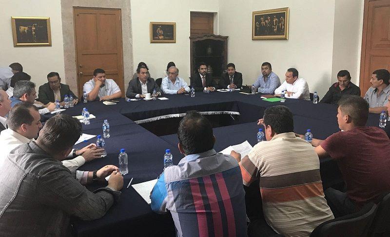 Tras la liberación de la vía carretera en Maquilí, municipio de Aquila, la semana pasada, este día el secretario de Gobierno de Michoacán, Adrián López Solís, sostuvo una reunión de ...