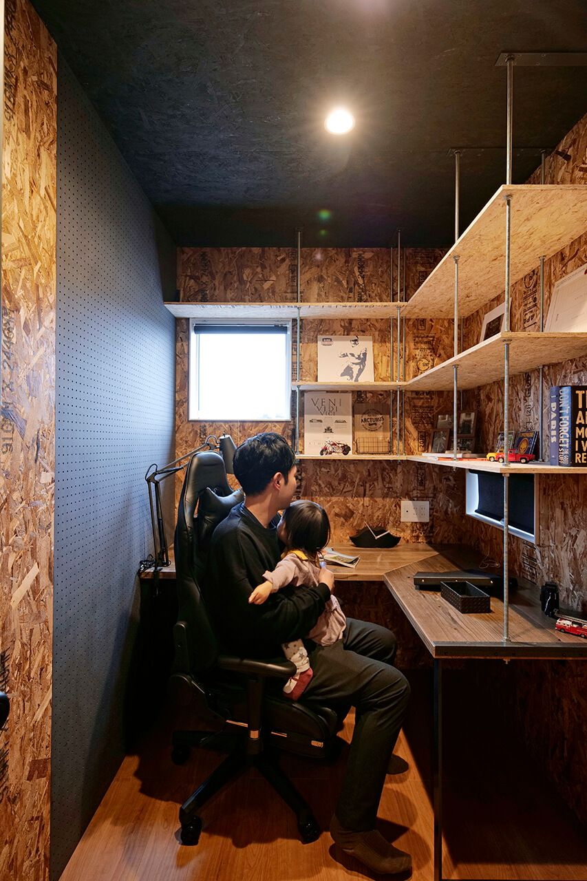 趣味を満喫できるよう 手元に換気用の小窓を設けました 書斎 レイアウト ホームオフィス レイアウト 書斎デザイン