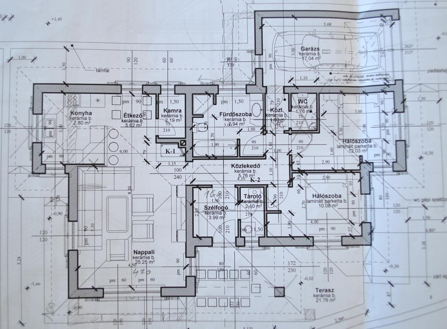 Alaprajz. A ház területe 126 m2. Helyiségek: szélfogó, konyha-étkező ...