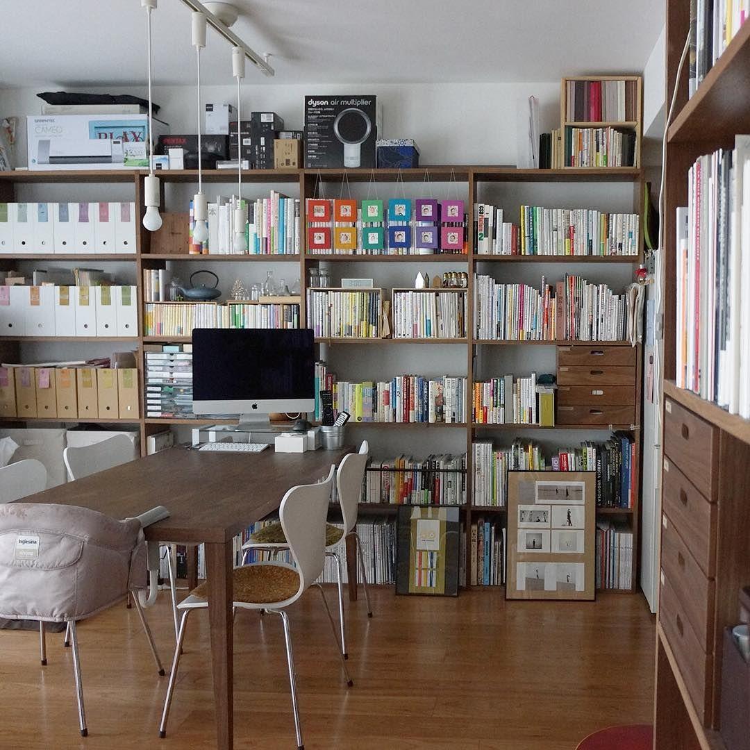 我が家のリビングの顔、壁一面の本棚。 無印良品のスタッキングシェルフ