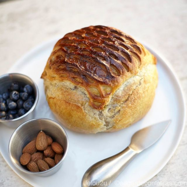 Hojaldre de queso con mermelada / Baked cheese in puff pastry with jam sounds delicious.