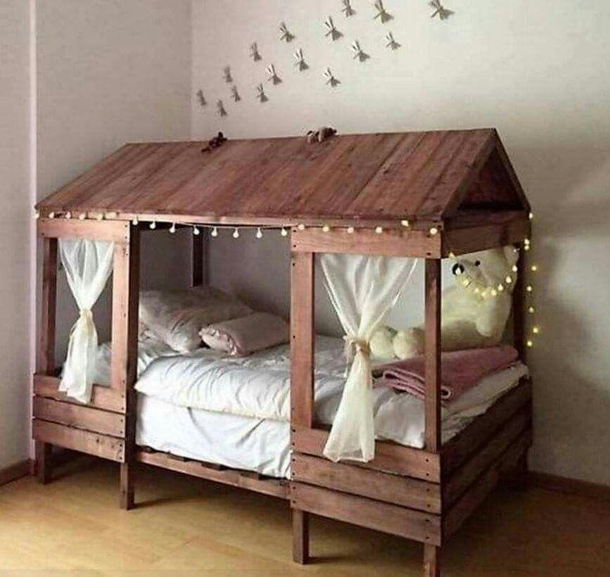 lit cabane en bois fabriqu avec des palettes nursery decor pinterest lit lit cabane et. Black Bedroom Furniture Sets. Home Design Ideas