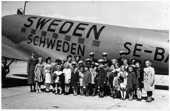 Lapsia matkalla Malmilta Ruotsiin turvaan  toukokuussa 1942. Kuva: Finnair