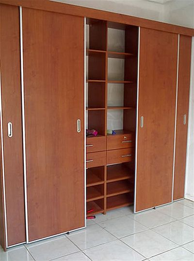 Puerta corredizas cocinas integrales en madera roperos for Disenos de puertas de madera para closets