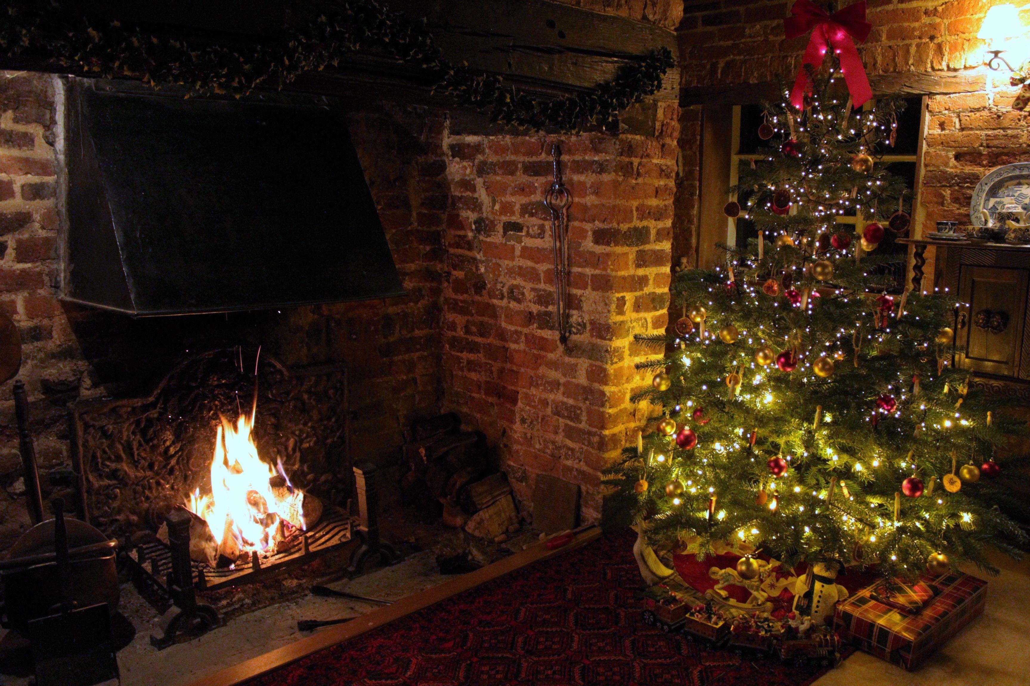 写真はクリスマス時期の母屋のラウンジの暖炉 ヴィクトリアンキャットアンティークス アンティークショップ アンティーク イギリス 英国 インテリア クリスマス クリスマスツリー ツリー 暖炉 暖炉 イギリス インテリア クリスマス 暖炉