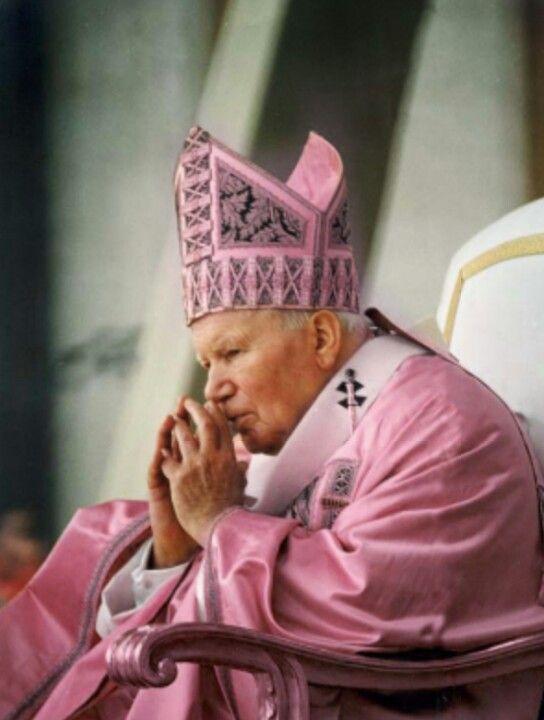 SI HAY! Hay un solo domingo en semana santa donde se visten de rosado porque ea el unico domingo de alegria.. el unico dia de cuaresma!!!! Bua ja ja