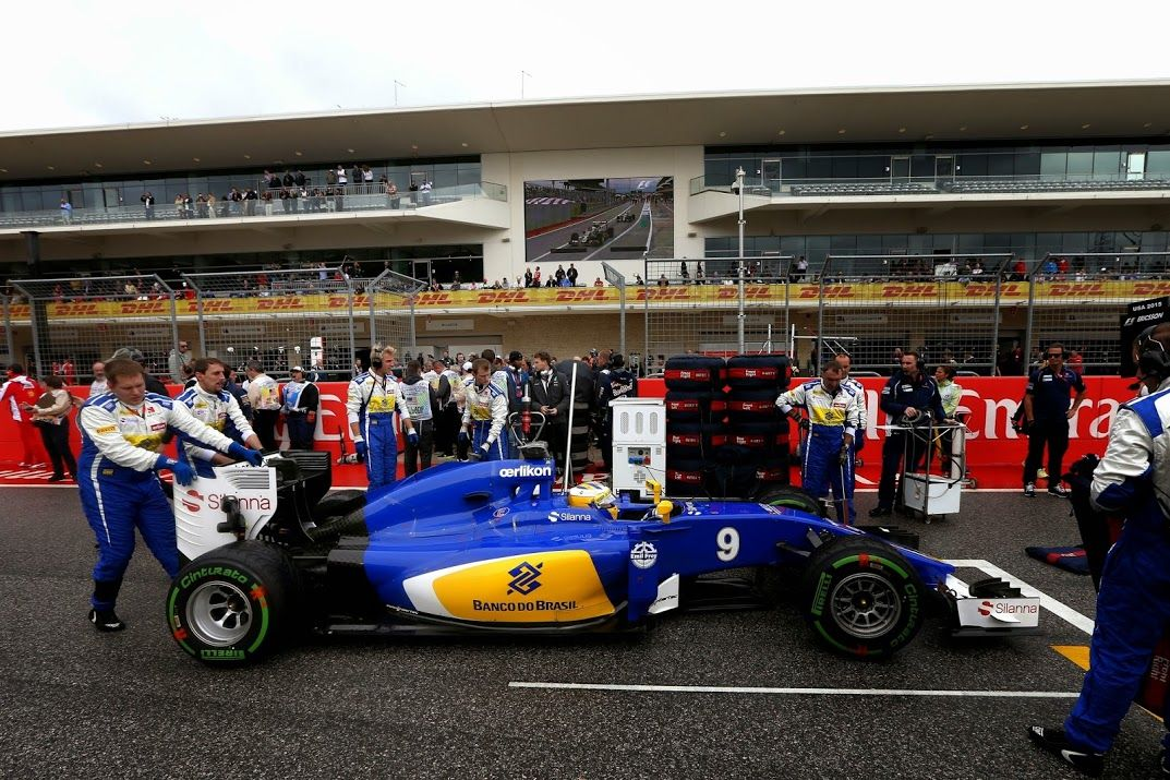 The Sauber boys griding Marcus Ericsson and the C34 before the start of the USGP