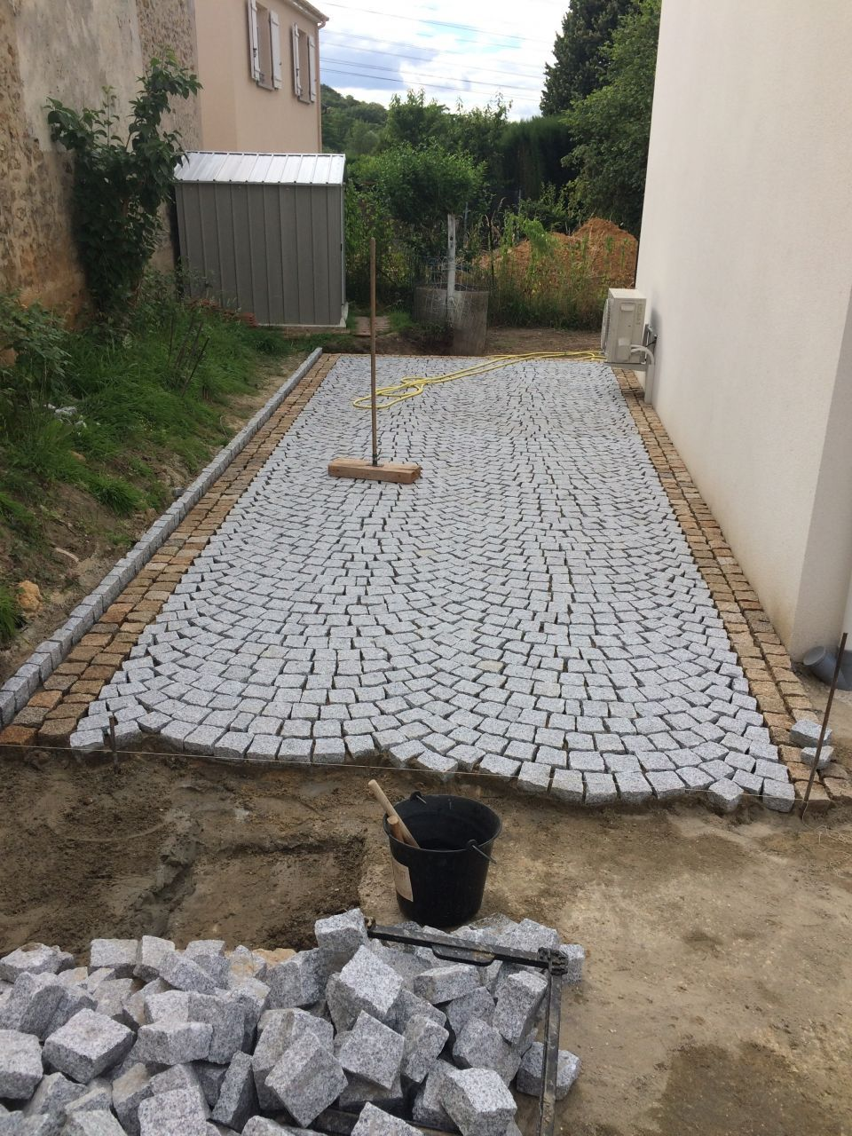 Pose de pav s en granit du portugal paves pinterest for Bordure de terrasse en galet