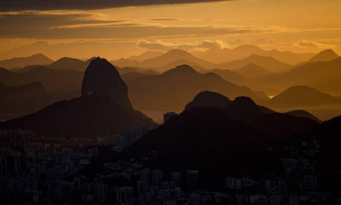 Os primeiros raios de sol iluminam os contornos do Rio Foto: Guilherme leporace / Agência O Globo