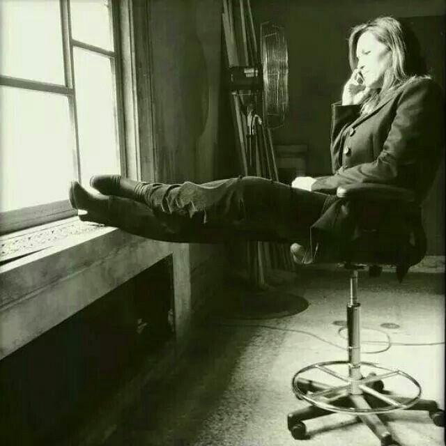 Mariska Hargitay relaxing talking on the phone
