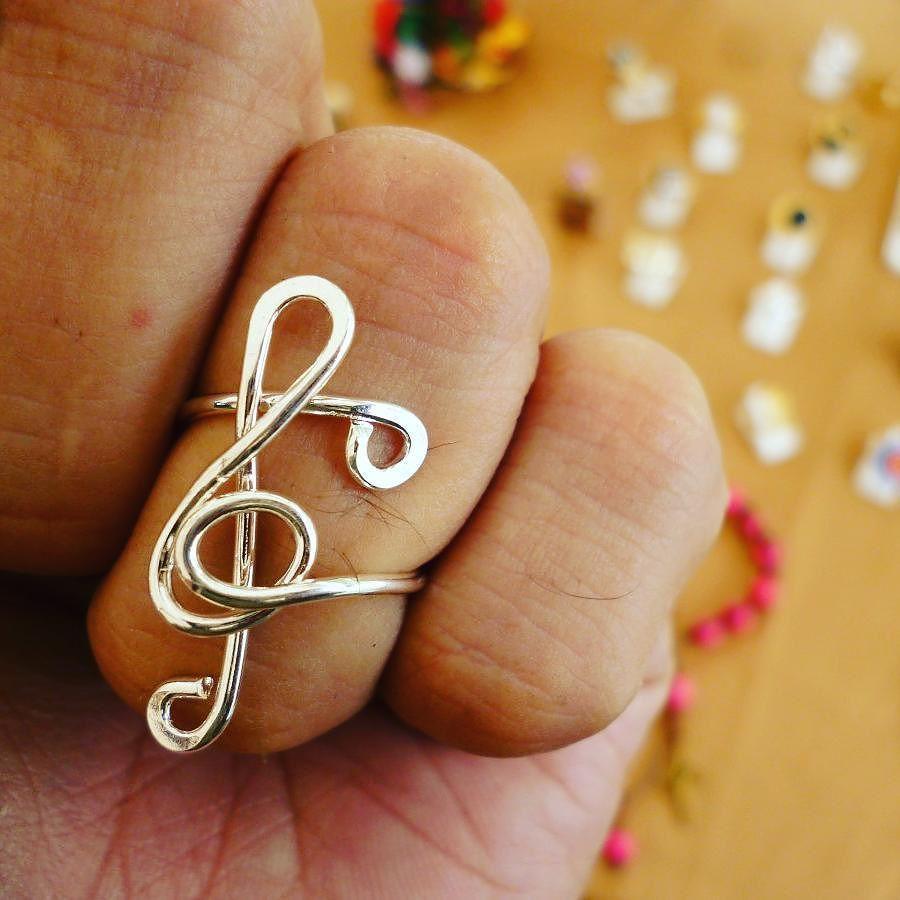 perdonen que use mi mano para mostrar este anillo de clave de sol hecho en alambre es ajustable #sol #clave #music #jewelry #anillo #wire #wirework #musical #ajustable modelo nuevo de diciembre http://ift.tt/2j6wQi4