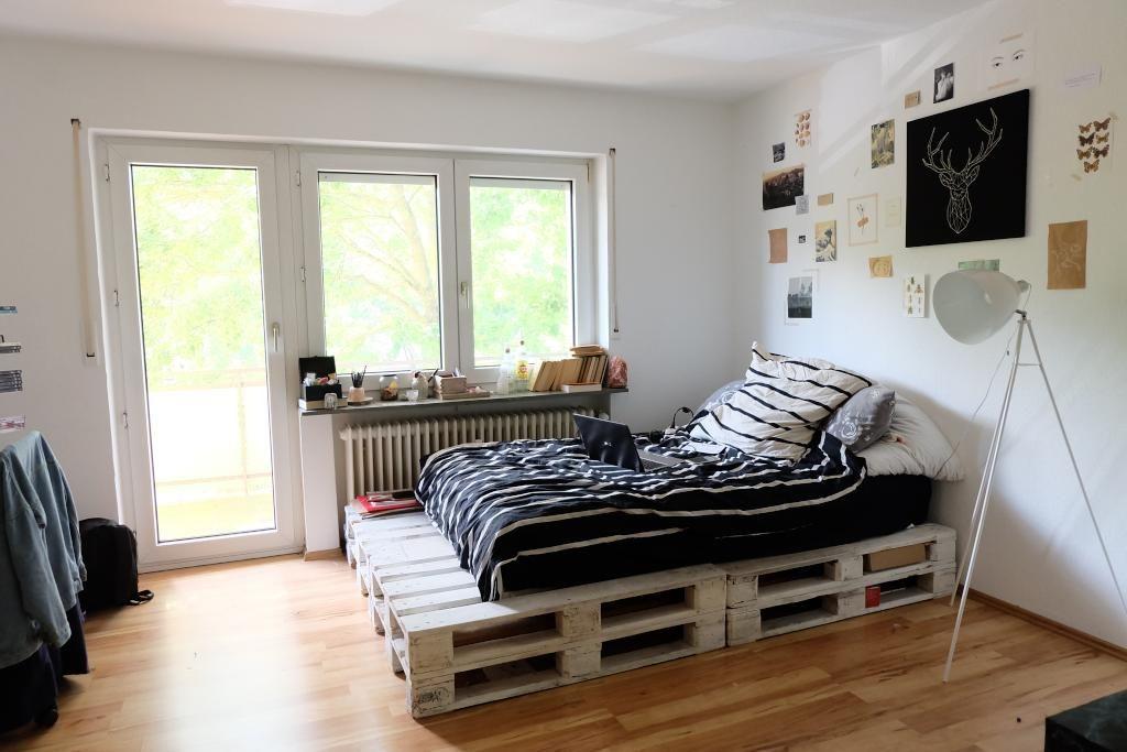Ein cooles, lackiertes DIY-Bett aus Paletten! So günstig und schön - schlafzimmer ideen einrichtung